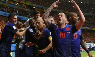 Holland crush Spain in Group B opener