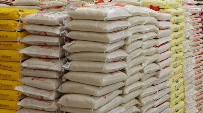 EXTRA: Senators 'donate over 1,000 bags of rice' to Kogi workers