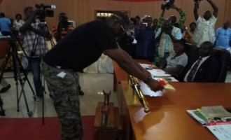 PHOTO-EXTRA: Fayose wears army camouflage to present 2017 budget