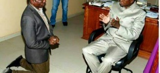 EXTRA: Minister kneels before Zambian president