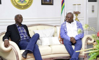 EXTRA: Ambode commends Fashola for stepping into Alausa for the first time since handing over
