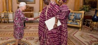 EXTRA: Queen Elizabeth creates major fashion moment with Nigeria's high commissioner