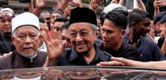 Malaysia cabinet members agree to 10% pay cut