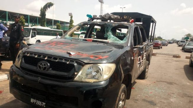 Angry youth attack police station in Zamfara, set vehicles ablaze