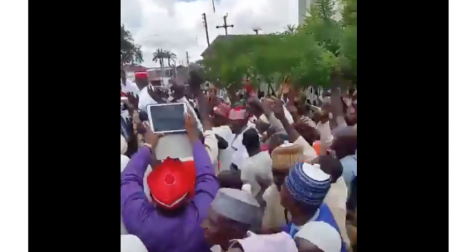 VIDEO: Buhari's supporters boo Kwankwaso outside Kaduna mosque